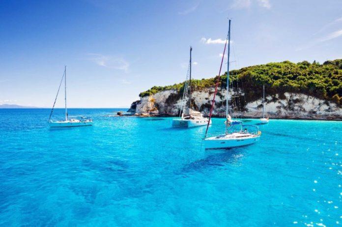 Παξοί ιστιοπλοϊκά γαλάζια νερά διακοπές με ιστιοπλοϊκό